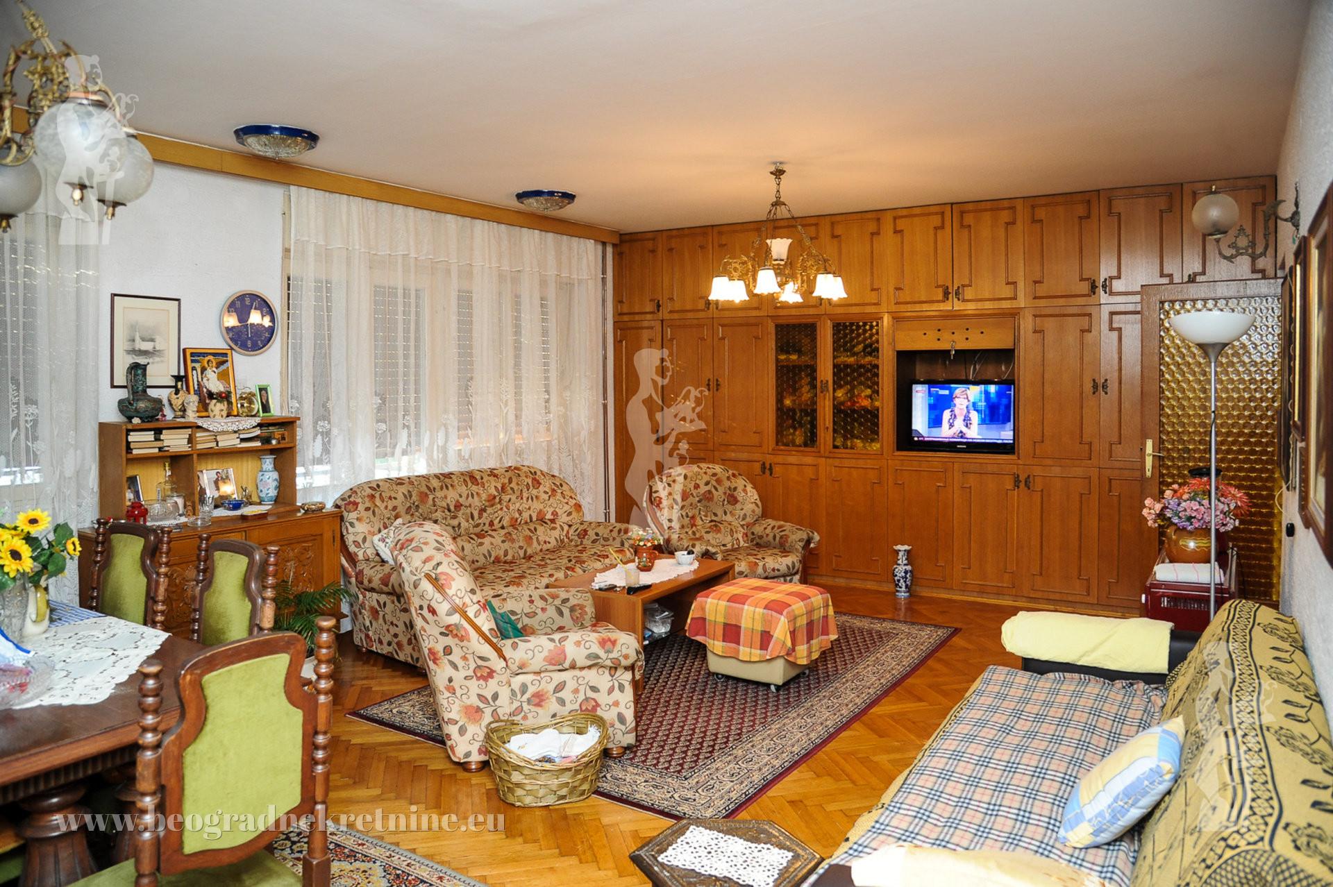 Kuća sa dvorištem Banjica 375m2 110m2 t 4 garaže ID 2263