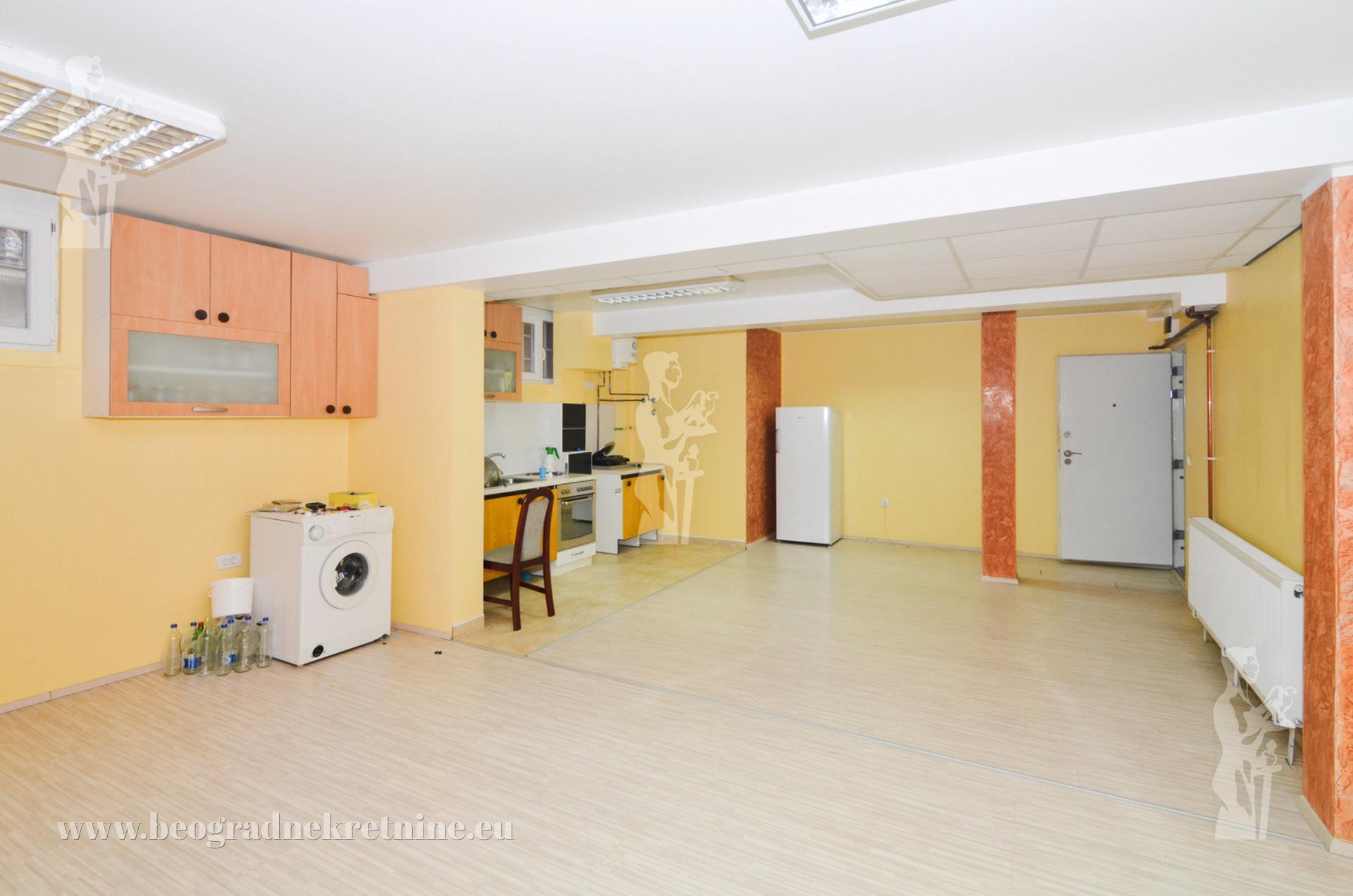 Poslovni prostor Garaža Višnjička banja 180m2 ID 2551